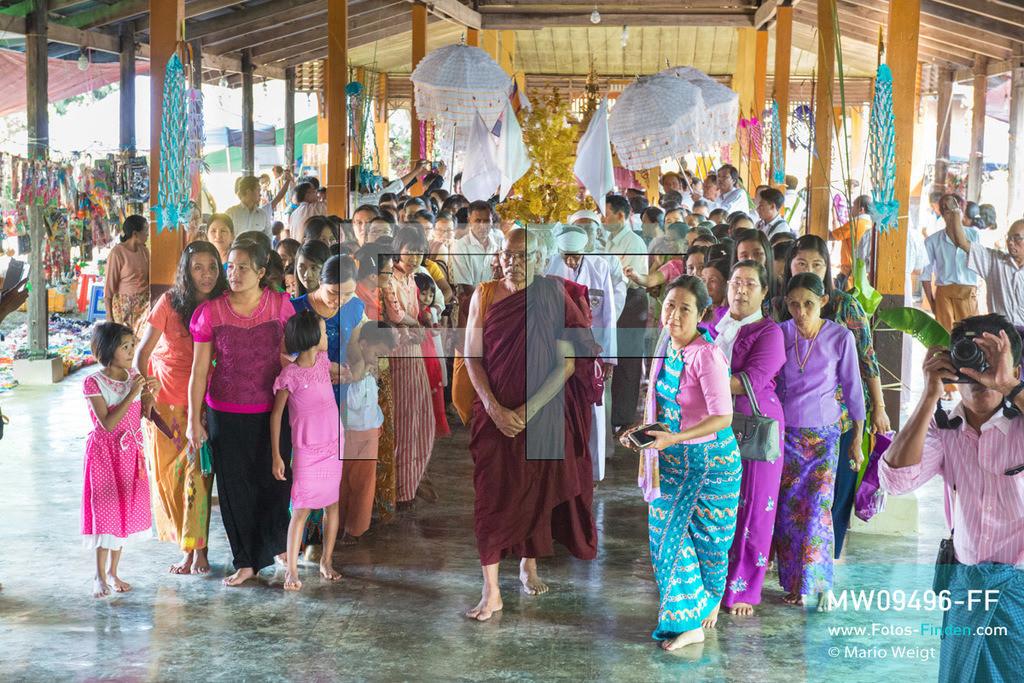 MW09496-FF | Myanmar | Nyaung Shwe | Reportage: Phaung Daw U Fest | Ein buddhistischer Mönch und Gläubige bringen die vier goldenen Buddha-Statuen in ein Dorfkloster auf dem Inle-See.   ** Feindaten bitte anfragen bei Mario Weigt Photography, info@asia-stories.com **
