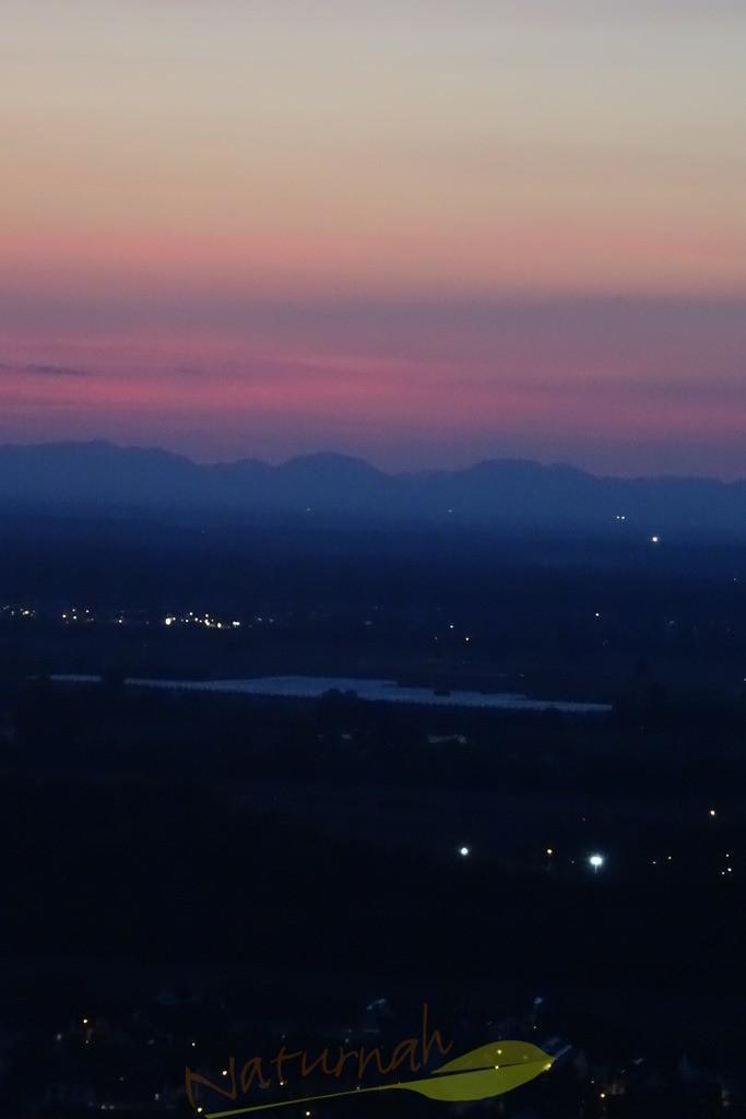 Blaue Weite | Blick vom Michaelsberg bei Bruchsal Richtung Rheinebene und Pfälzer Berge in der blauen Stunde.