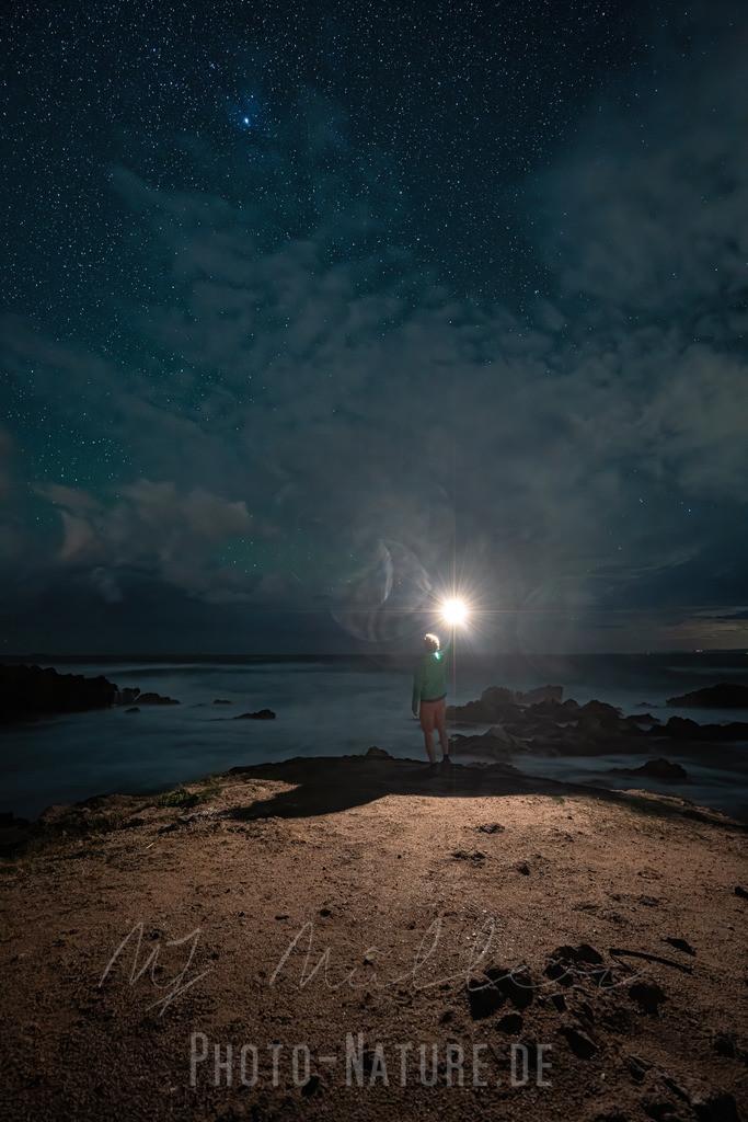 Eine Fackel unter den Sternen   Ein herrliche Sternenszene an einem sardinischen Strand