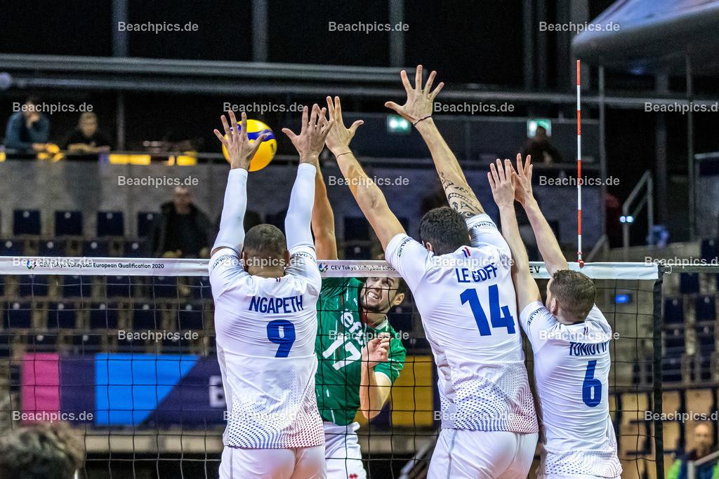 2020-00057098-CEV-European-Olympic-Qualification-Tokyo-2020 | Angriff PENCHEV Nikolay #17 (Outside spiker - BUL) gegen Dreierblock NGAPETH Earvin #9 (Outside spiker - FRA), LE GOFF Nicolas (Middle blocker - FRA), TONIUTTI Benjamin #6 (Setter - FRA); 06.01.2020; Berlin, ; Foto: Gerold Rebsch - www.beachpics.de