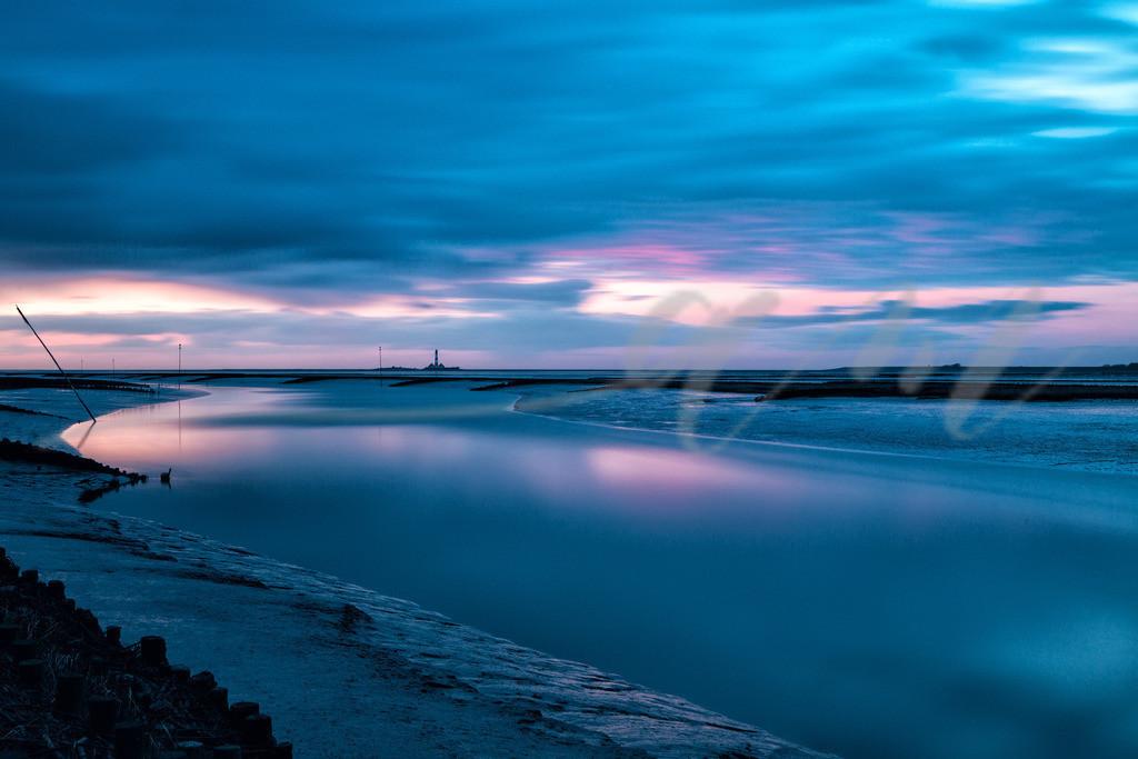 Blaue Stunde am Tümlauer Koog | Nach Sonnenuntergang färbt der Himmel sich blau und rosa