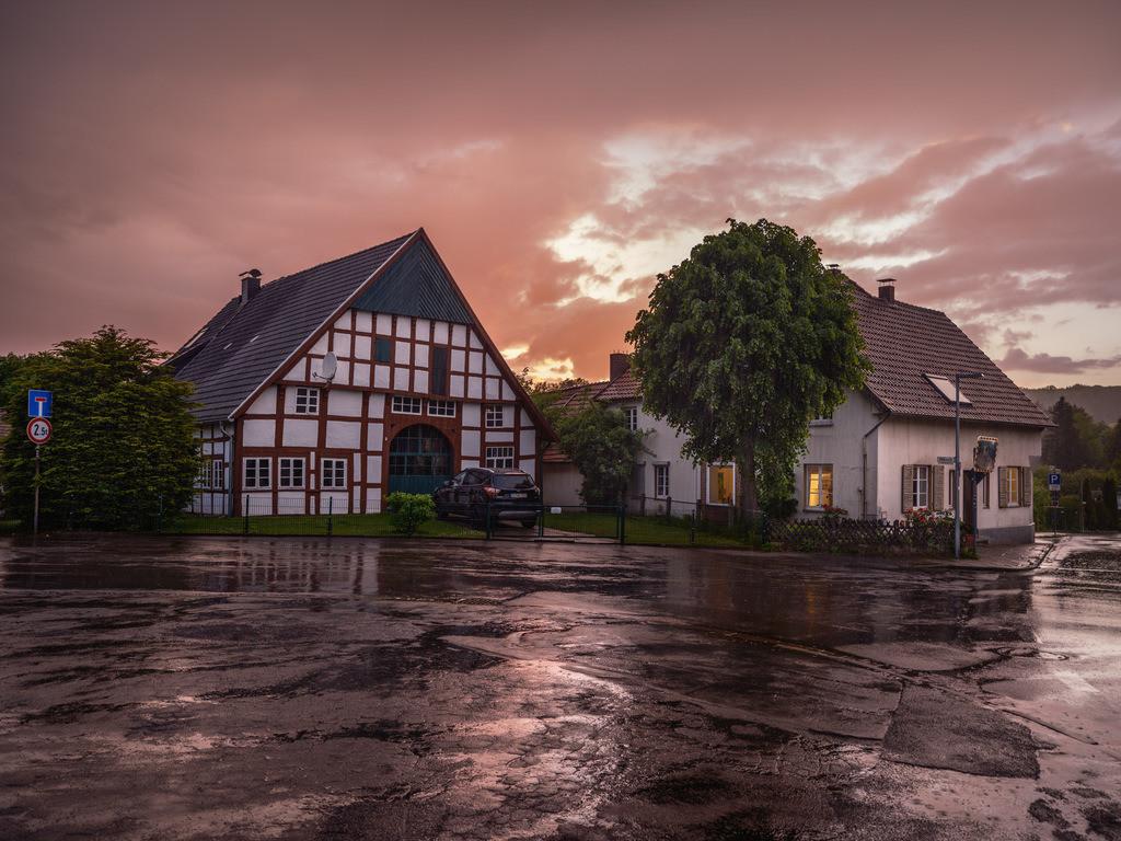 Regenwolken über Kirchdornberg | Regenwolken in der Abenddämmerung über Kirchdornberg (Bielefeld).