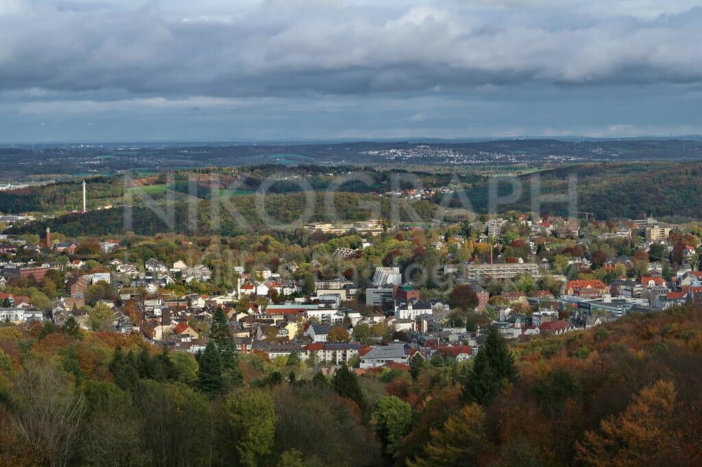 Panoramaaufnahme von Iserlohn | Auf diesem Photo kann man erkennen, woher die Stadt Iserlohn den Beinamen Waldstadt hat. Eingebettet in den bewaldeten Hügeln des Sauerlandes bietet die Landschaft ein abwechslungsreiches Bild.