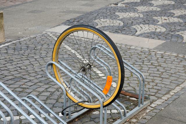Fahrraddiebstahl | Ein angekettetes Rad mit einem entwendeten Fahrrad
