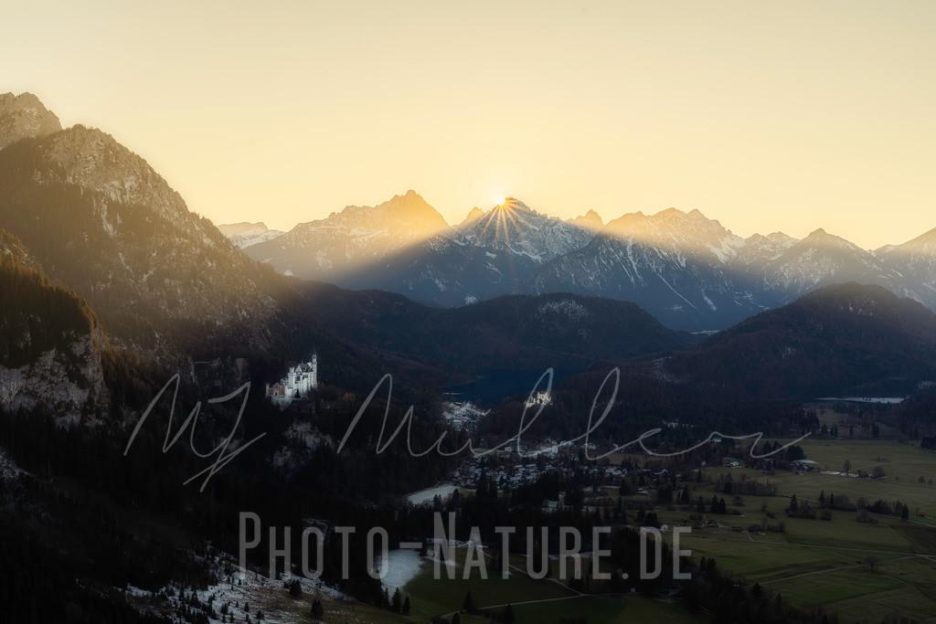 Ade Sonne | Die Sonne geht über dem Alpenkamm des Schlosses unter