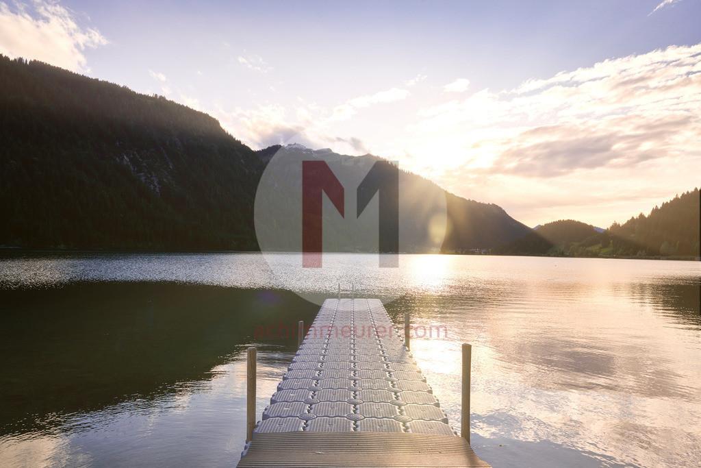 Sonnenuntergang über dem Haldensee im Tannheimertal in Tirol, Österreich