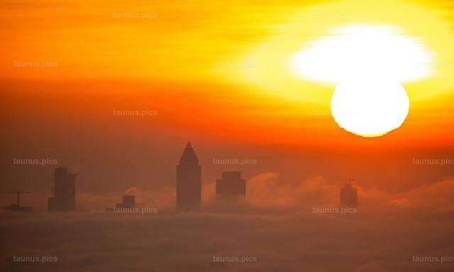 Sonnenaufgang über Frankfurt im Nebel | 04.12.2019, Kronberg (Hessen): Die Sonne geht vom Opel Zoo aus gesehen über der Frankfurter Skyline auf, deren Hochhäuser aus einer Nebeldecke ragen.