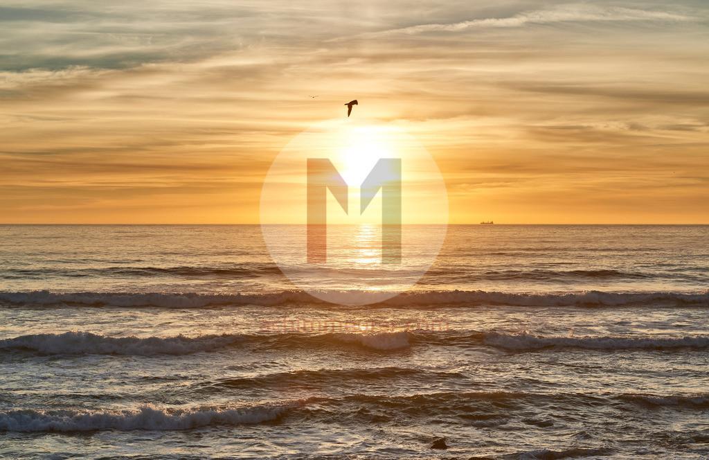 Sonnenuntergang an der Küste von Porto in Portugal