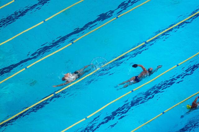 Schwimmer in einem Freibad am Stadtstrand | ESP, Spanien, Barcelona, 17.12.2018, Schwimmer in einem Freibad am Stadtstrand [2018 Jahr Christoph Hermann]