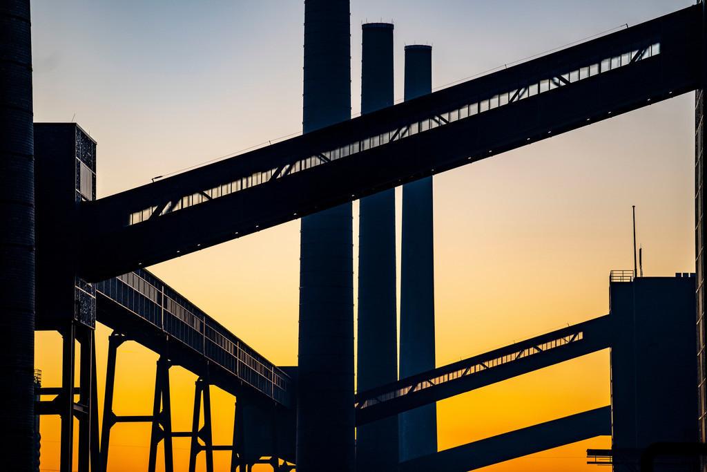 Welterbe Zeche Zollverein | Welterbe Zeche Zollverein, Kokerei Zollverein, Schornsteine und Bandbrücken im Abendlicht, Essen, Deutschland,