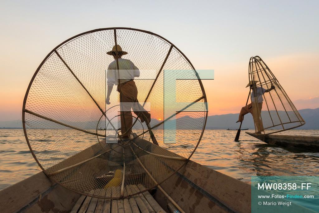 MW08358-FF   Myanmar   Inle-See   Nyaungshwe   Reportage: Ye Lin lebt auf dem Inle-See   Einbeinruderer mit Reusen beim Sonnenuntergang. Der 8-jährige Ye Lin Yar Zar lebt mit seinen Eltern in einem Pfahlhaus auf dem Inle-See. Er gehört zur ethnischen Gruppe der Intha und beherrscht die einzigartige Einbeinrudertechnik, um zur Schule zukommen.  ** Feindaten bitte anfragen bei Mario Weigt Photography, info@asia-stories.com **