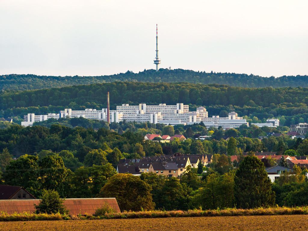 Universität Bielefeld mit Fernsehturm Hünenburg | Universität Bielefeld mit dem Fernsehturm Hünenburg von Theesen aus gesehen.