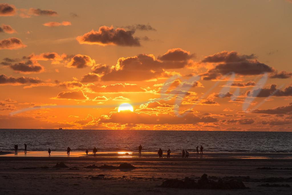 Sonnenuntergang in St. Peter-Ording | Die Sonne versinkt langsam in der Nordsee