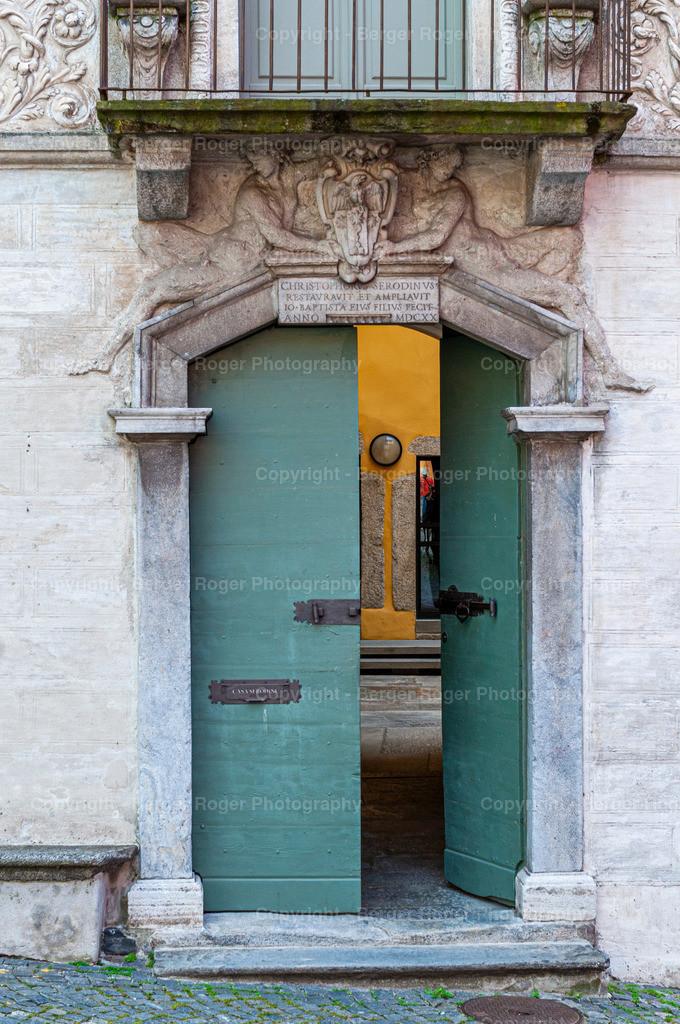 alte Tür mit Skulpturen | Bildmaterial für Fotografen, Webdesigner und Grafikdesigner zum weiterverarbeiten