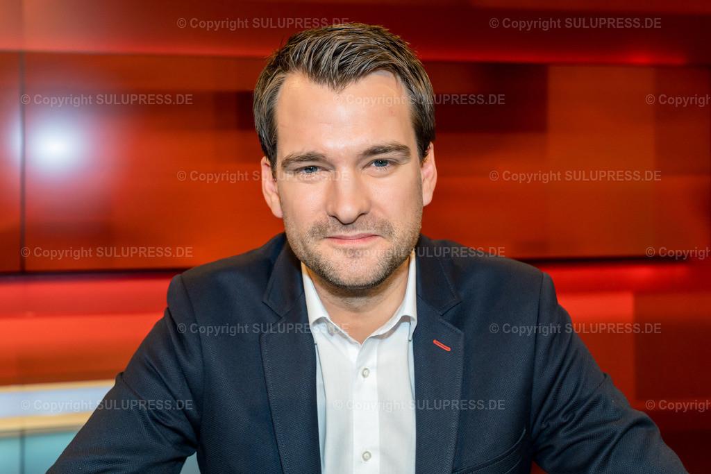 Johannes Vogel - Portrait bei Hart aber fair in Berlin | Johannes Vogel, FDP, Sprecher für Arbeitsmarkt und Rente der FDP-Fraktion im Fernsehstudio bei Hart aber fair im Studio Adlershof in Berlin. Portrait des Politikers.