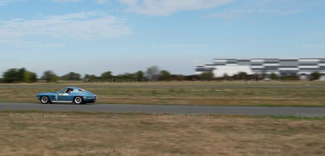 Autorennen | Ein Sportauto beim Autorennen mit Mitziehereffekt.