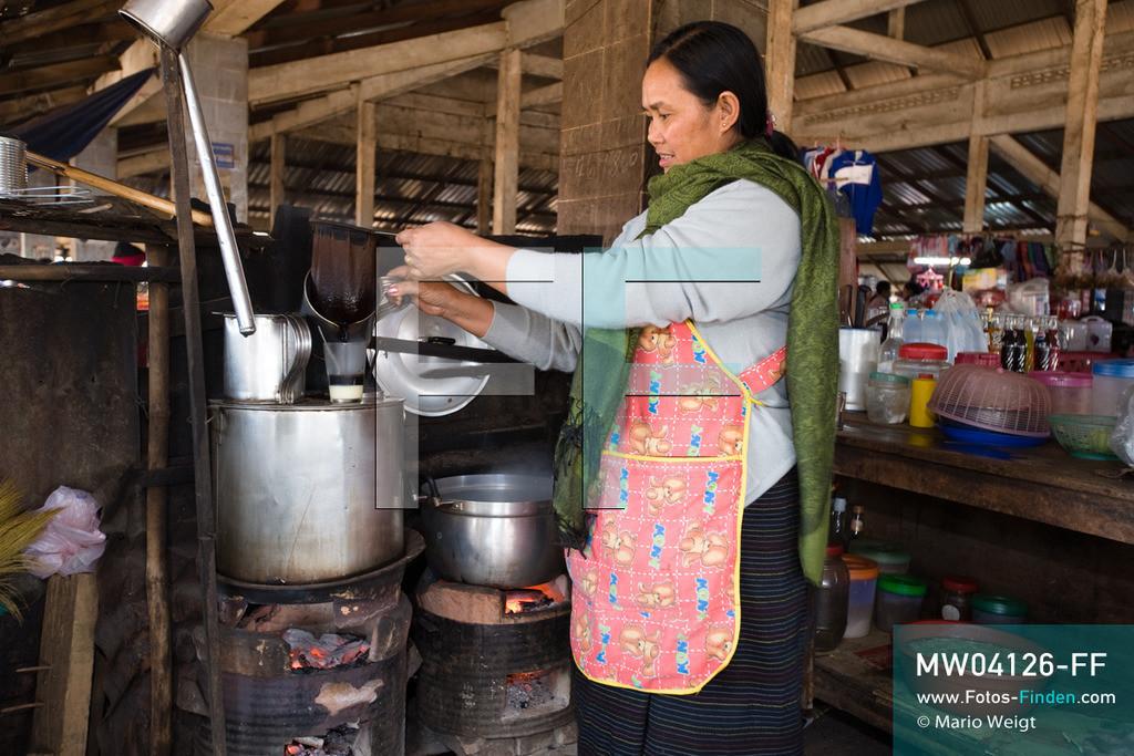 MW04126-FF | Laos | Paksong | Reportage: Kaffeeproduktion in Laos | Frau Ong brüht frischen Kaffee (Coffee Lao) auf, der mit gezuckerter Kondensmilch serviert wird. In den Plantagen auf dem Bolaven-Plateau wachsen Sträucher der Kaffeesorten Robusta und Arabica.  ** Feindaten bitte anfragen bei Mario Weigt Photography, info@asia-stories.com **