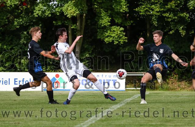 2019-09-14_073_JFG_Speichersee_04_gegen_FC_Lengdorf | Finsing, Deutschland, 14.09.2019: Fußball, Quali Kreisliga Süd Donau/Isar 2019 / 2020, 1. Spieltag, JFG Speichersee 04 gegen FC Lengdorf, Endergebnis: 2:0  Johannes Graf (JFG Speichersee 04, #5), Martin Rott ((SG) FC Lengdorf, #13), Julian Bauer (JFG Speichersee 04, #6)  Foto: Christian Riedel / fotografie-riedel.net