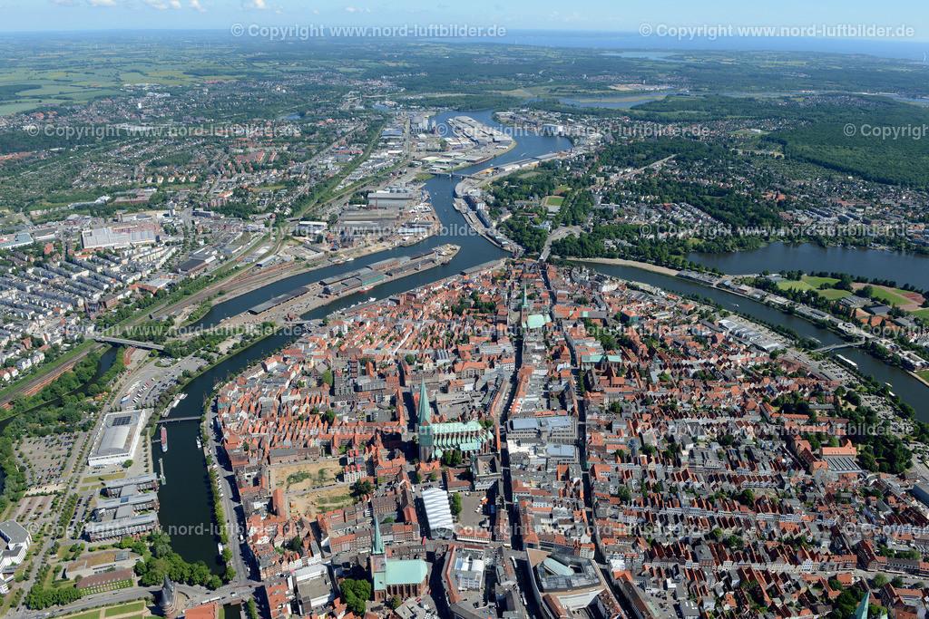 Lübeck_ELS_8527151106 | Lübeck - Aufnahmedatum: 10.06.2015, Aufnahmehoehe: 574 m, Koordinaten: N53°51.638' - E10°40.928', Bildgröße: 6859 x  4578 Pixel - Copyright 2015 by Martin Elsen, Kontakt: Tel.: +49 157 74581206, E-Mail: info@schoenes-foto.de  Schlagwörter;Foto Luftbild,Altstadt,HolstenTor,Kirche,Hanse,Hansestadt,Luftaufnahme,