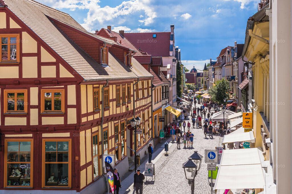 140625_1704-0131-A | Einkaufsstraße in der Innenstadt von Waren (Müritz).   ⠀⠀⠀⠀⠀⠀⠀⠀⠀ Die Lange Straße im Sommer mit Blick vom Haus des Gastes .  ⠀⠀⠀⠀⠀⠀⠀⠀⠀ --Dateigröße 5700 x 3800 Pixel--