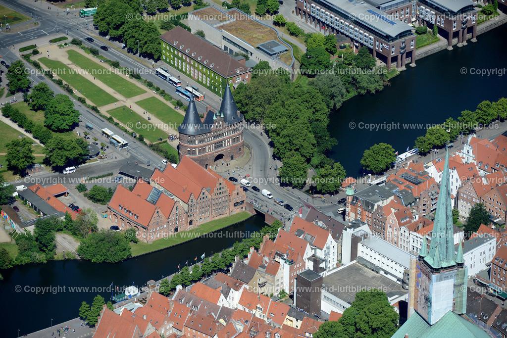 Lübeck_ELS_8544151106 | Lübeck - Aufnahmedatum: 10.06.2015, Aufnahmehoehe: 609 m, Koordinaten: N53°51.623' - E10°41.663', Bildgröße: 7360 x  4912 Pixel - Copyright 2015 by Martin Elsen, Kontakt: Tel.: +49 157 74581206, E-Mail: info@schoenes-foto.de  Schlagwörter;Foto Luftbild,Altstadt,HolstenTor,Kirche,Hanse,Hansestadt,Luftaufnahme,
