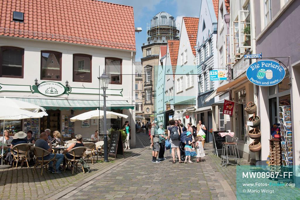 MW08967-FF | Deutschland | Niedersachsen | Bremen | Reportage: Reise entlang der Weser | Das Schnoor-Viertel mit den engen Gassen und kleinen Häusern ist bei Touristen sehr beliebt. Die alten Gebäude stammen aus dem 15. und 16. Jahrhundert und beherbergen kleine Geschäfte, Galerien, gemütliche Cafés und Restaurants.  ** Feindaten bitte anfragen bei Mario Weigt Photography, info@asia-stories.com **