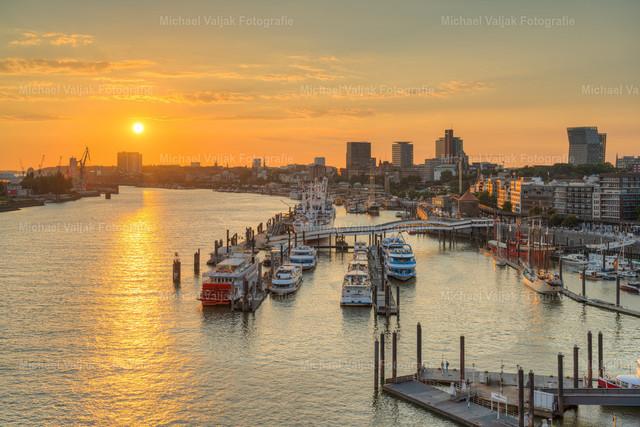 Goldener Sonnenuntergang in Hamburg | Blick von der Aussichtsplattform in der Elbphilharmonie in Richtung Niederhafen und Landungsbrücken bei Sonnenuntergang.