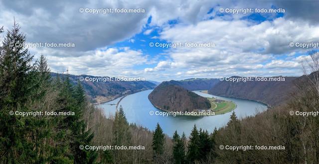 AUT, Schlögener Schlinge   28.03.2021, Schlögen, AUT, Schlögener Schlinge, Aussichtspunkt, im Bild Die Schlögener Schlinge ist eine Flussschlinge im oberen Donautal in Oberösterreich, etwa auf halbem Weg zwischen Passau und Linz (zwischen Stromkilometer 2180,5 und 2186,5 der Donau) und der größte Zwangsmäander Europas. Das südliche Ufer liegt in der Gemeinde Haibach ob der Donau und deren Ortsteil Schlögen, der der Schlinge den Namen verleiht. Im Norden grenzen die Gemeinden Hofkirchen im Mühlkreis mit der Ortschaft Au und im äußersten Osten Niederkappel mit der Ortschaft Grafenau im Bereich der Donauschlinge an. Quelle: Wikipedia