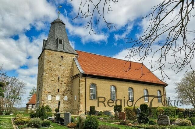 Heinder Kirche | Der romanische Turm besitzt noch Schießscharten und deutet darauf hin, dass diese Kirche ursprünglich eine Wehrkirche war.