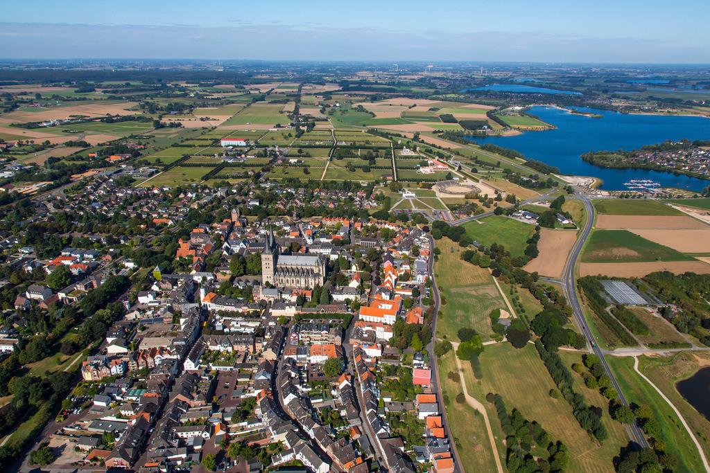JT-161007-193 | Xanten, am Niederrhein, Innenstadt mit dem Dom Sankt Viktor, links oben der Archäologischer Park Xanten mit dem LVR Römermuseum, hinten die Xantener Südsee, Freizeitgewässer,