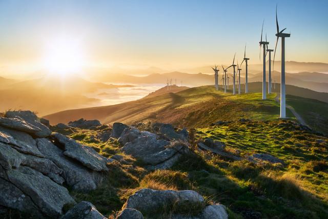 Gipfel im Wind | Windräder verschandeln die Landschaft, sagen viele. Es gibt Ausnahmen wie ich finde. Auf diesem flachen Gipfel im Baskenland in Nordspanien reihen sich die Windräder wie an einer Perlenschnur auf und führen geradewegs zum Sonnenaufgang.