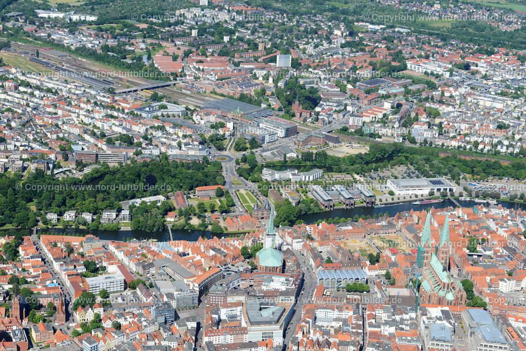 Lübeck_ELS_8455151106 | Lübeck - Aufnahmedatum: 10.06.2015, Aufnahmehoehe: 598 m, Koordinaten: N53°51.763' - E10°42.138', Bildgröße: 7360 x  4912 Pixel - Copyright 2015 by Martin Elsen, Kontakt: Tel.: +49 157 74581206, E-Mail: info@schoenes-foto.de  Schlagwörter;Foto Luftbild,Altstadt,HolstenTor,Kirche,Hanse,Hansestadt,Luftaufnahme,