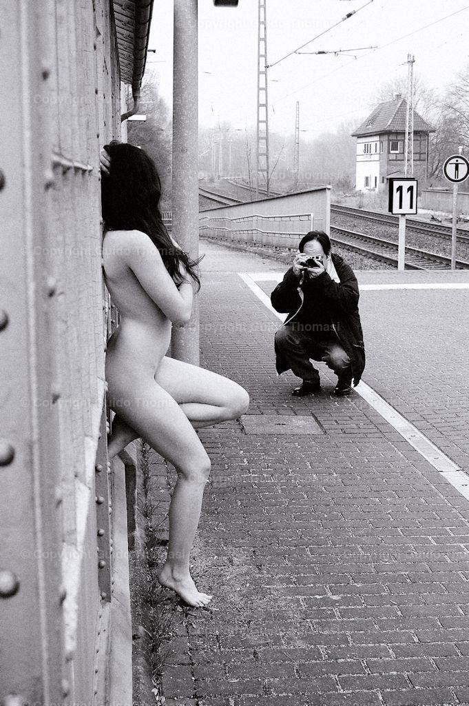 Der Fotograf am Bahnhof  | Die hohe Kunst der Aktfotografie. Hier findet Ihr Erotikposter und Aktposter aus meinem langjährigen schaffen. Besonders die Schwarzweiß fotografie finde ich besonders schön.