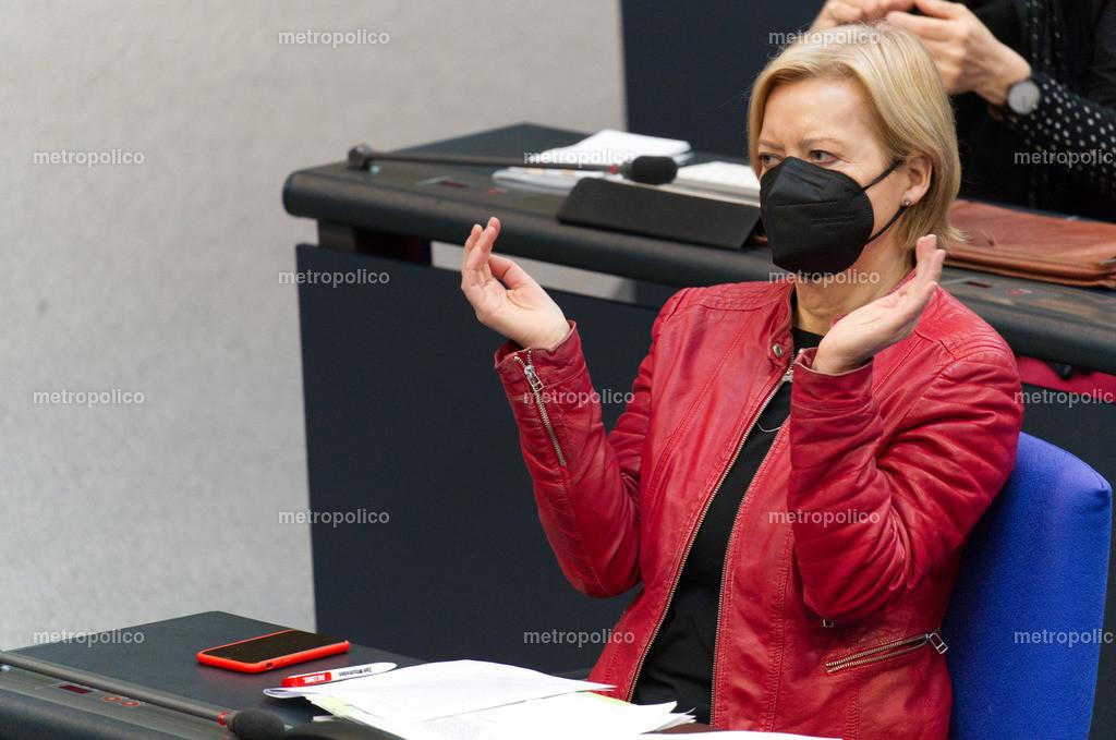 Gesine Lötzsch applaudiert mit Maske