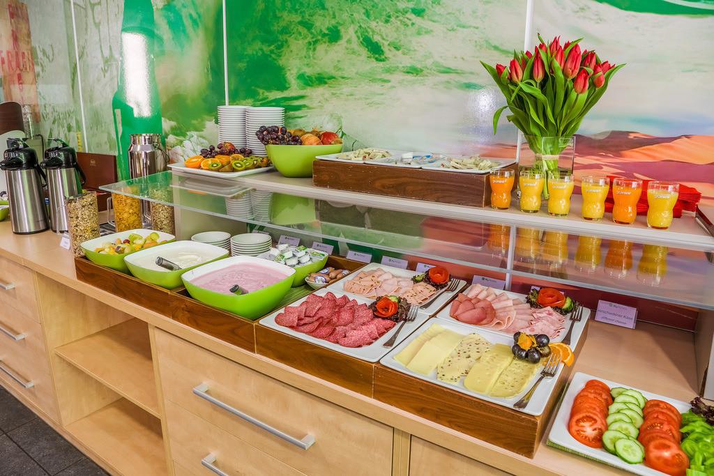 buffet-04-hplus-hotel-berlin-mauerpark
