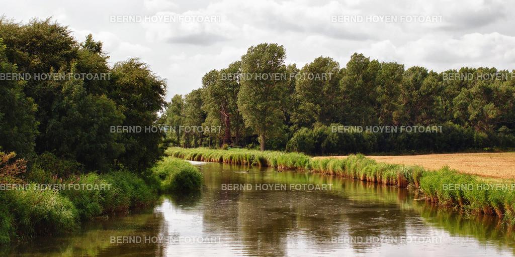 at the riverside | Fotografie der kleinen Insel Lippe in der Nähe von Hohwacht (Schleswig-Holstein), Deutschland / digital leicht nachbearbeitet. | Picture of the small Lippe Island near Hohwacht (Schleswig-Holstein), Germany / digitally slightly reworked.