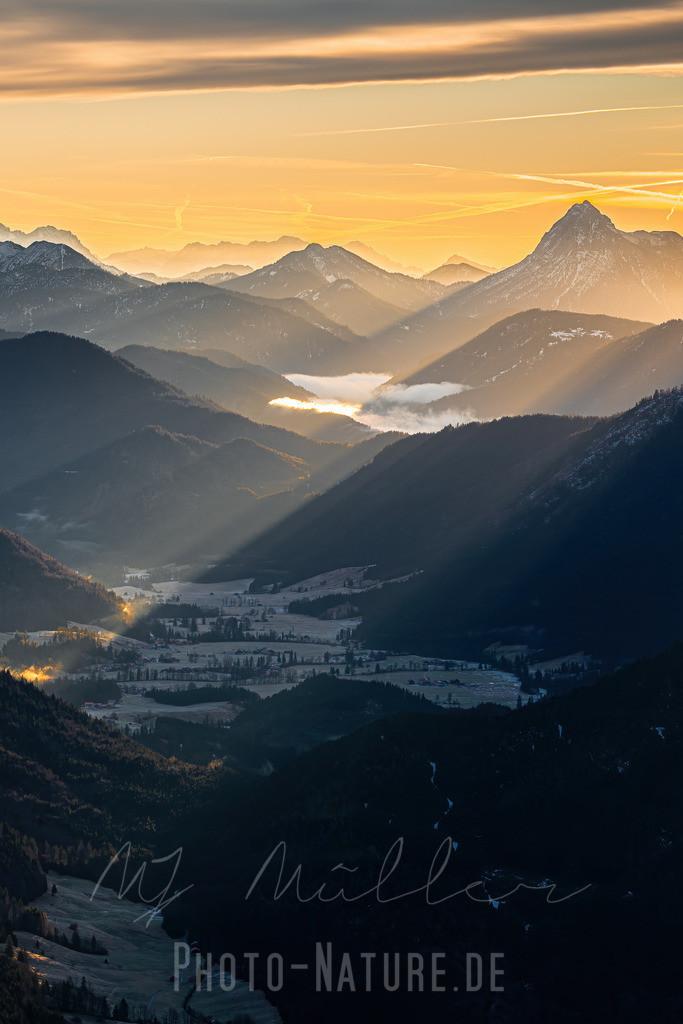 Die ersten Sonnenstrahlen des Tages - Hochkant | Die Sonne dringt bis in das Tal vor und lässt einen neuen Tag in den Bergen beginnnen.