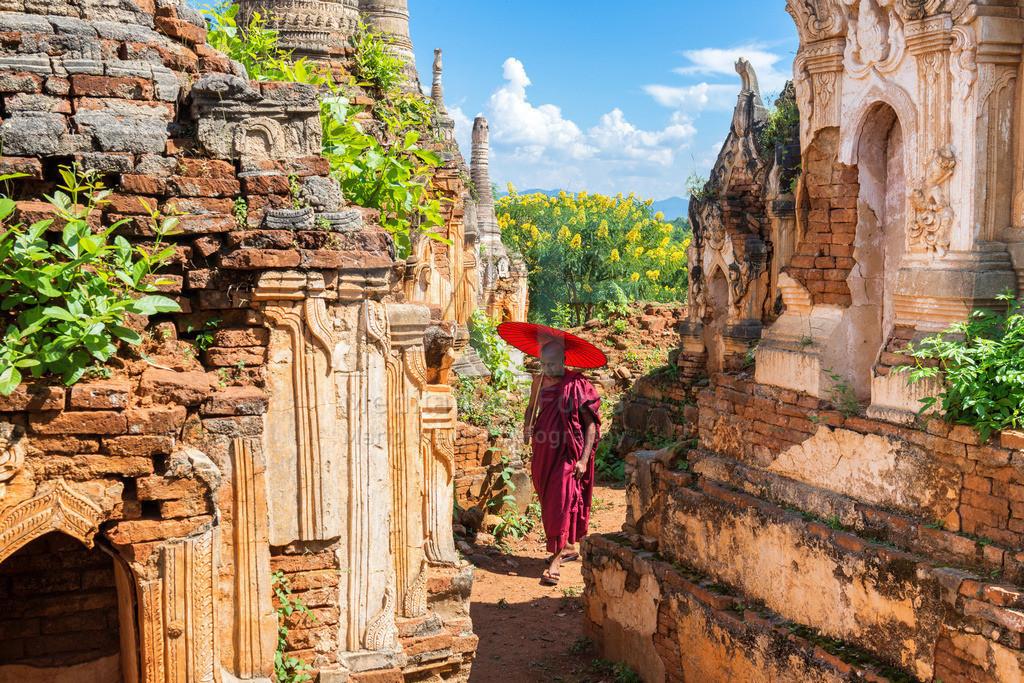 MW1119-0495 | Fotoserie DER ROTE SCHIRM | Mönch zwischen alten buddhistischen Pagoden am Inle-See in Indein