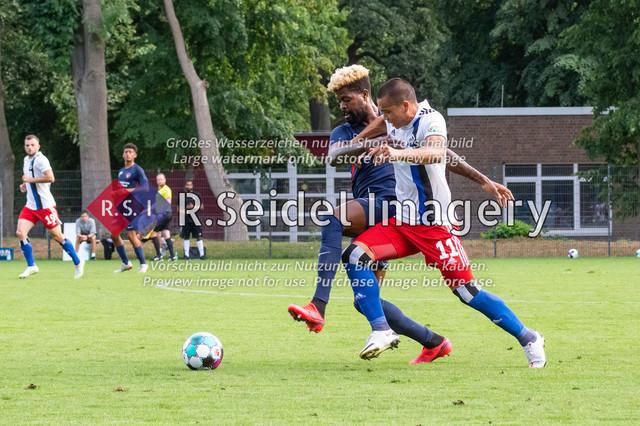 Fußball, Herren, Testspiel, Hamburger SV - FC Midtjylland, HSV-Trainingsplatz am Volksparkstadion, 20.08.2020 | Manjrekar James (#25, Midtjylland), Bobby Wood (#11, HSV)