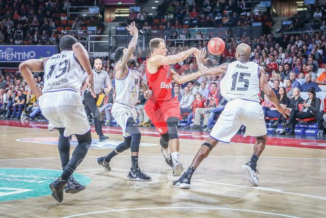 FC Bayern Basketball vs. Science City Jena, Basketball, BBL, 02.02.2019   l-r: Im Zweikampf/Aktion mit