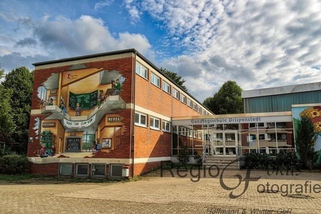 Kunst und Schule   Die Gantagsschule Drispenstedt zeigt ein tolles Wandbild, dass Ausschnitte aus dem Schulleben darstellt