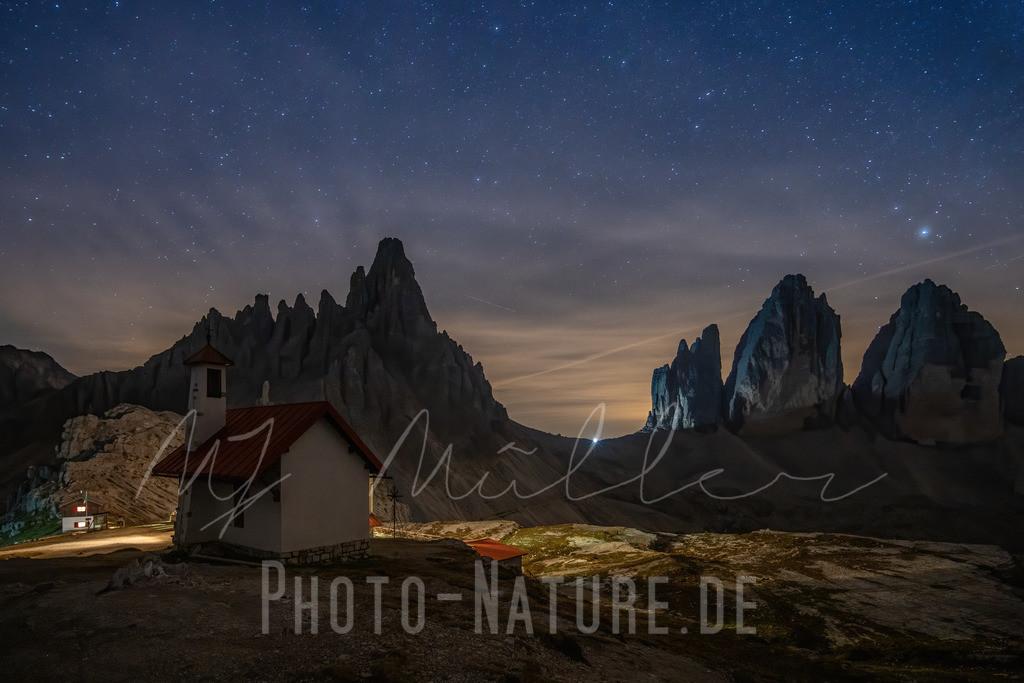 Eine Kapelle unter Sternenhimmel | Eine schöne nächtliche Szene in den Sextener Dolomiten.