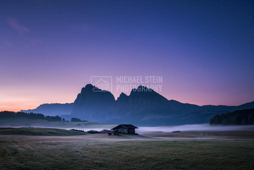Italien - Nacht auf der Seiser Alm | Hütte auf der Seiser Alm bei Sonnenaufgang mit Nebel