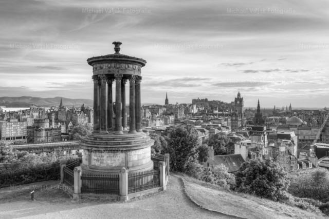 Edinburgh Calton Hill schwarz-weiß | Blick vom Calton Hill in Richtung der Altstadt von Edinburgh mit dem Edinburgh Castle, im Vordergrund das Dugald Stewart Monument.