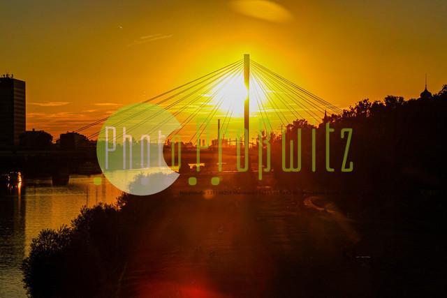 Sonnenuntergang am Neckar | Mannheim. 28JUL20 | Mannheim in der Abendsonne am Neckar. Sonnenuntergang. Mit Neckaruferbebauung und dem Collins Center (links)   BILD- ID 2104 | Bild: Photo-Proßwitz 27JUL20