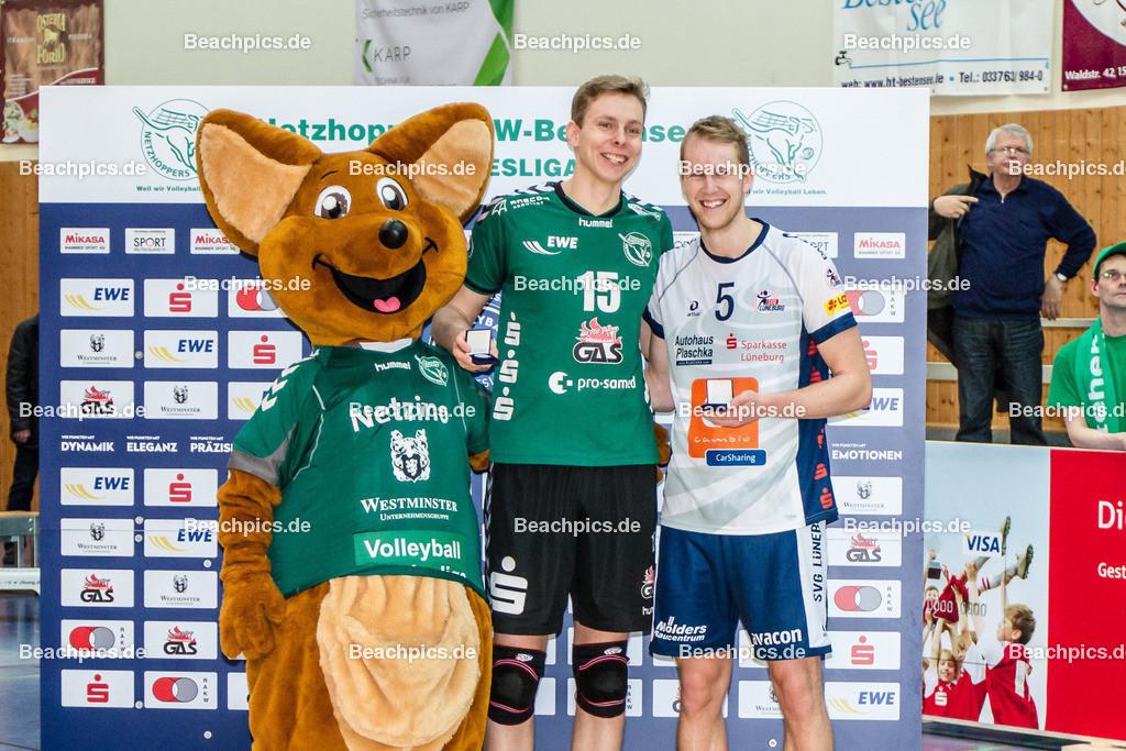 2016_148_BLM_Netzhoppers-Lüneburg | MVP des Spiels: Gold-Medaille: René Bahlburg (SVG #5 re) und Silber-Medaille: Nils Ehlers (Netzhoppers #15) mit Maskottchen Netzino