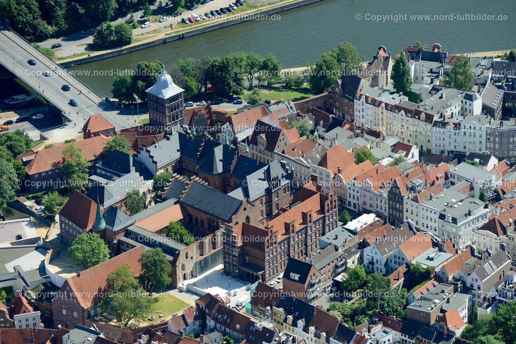 Lübeck_ELS_8576151106 | Lübeck - Aufnahmedatum: 10.06.2015, Aufnahmehoehe: 606 m, Koordinaten: N53°52.103' - E10°40.531', Bildgröße: 6260 x  4178 Pixel - Copyright 2015 by Martin Elsen, Kontakt: Tel.: +49 157 74581206, E-Mail: info@schoenes-foto.de  Schlagwörter;Foto Luftbild,Altstadt,HolstenTor,Kirche,Hanse,Hansestadt,Luftaufnahme,