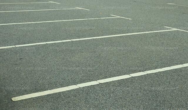 Parkplatz | Detail von Parkplatzmarkierungen eines öffentlichen Parkplatzes.