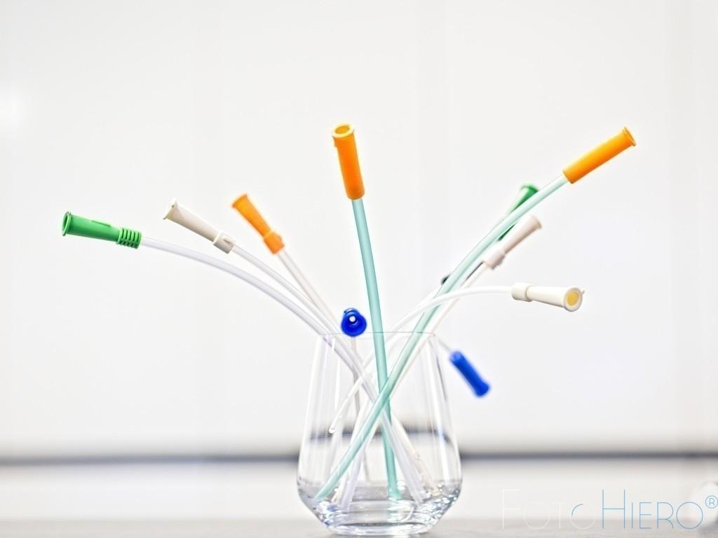 Ein bunter Strauß Katheter | Katheter, angeordnet als Blumenstrauß, aus Gummi zur Einführung in Körperorgane (z. B. in die Harnblase), um sie zu entleeren, zu füllen, zu spülen oder zu untersuchen