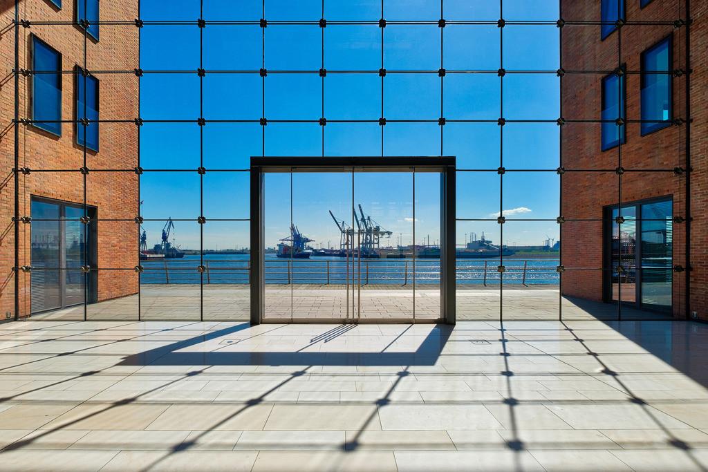 Symmetric View | Die Fensterfront der Lobby eines Bürogebäudes im Hamburger Hafen